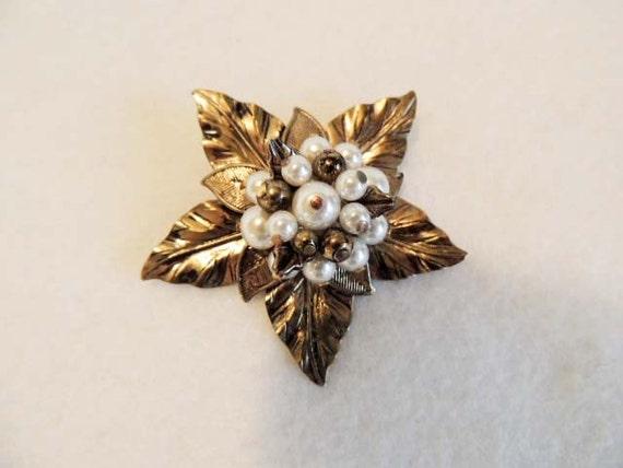 VINTAGE PIN / BROOCH... Antiqued Goldtone Leaves in Star Shape & Faux pearls