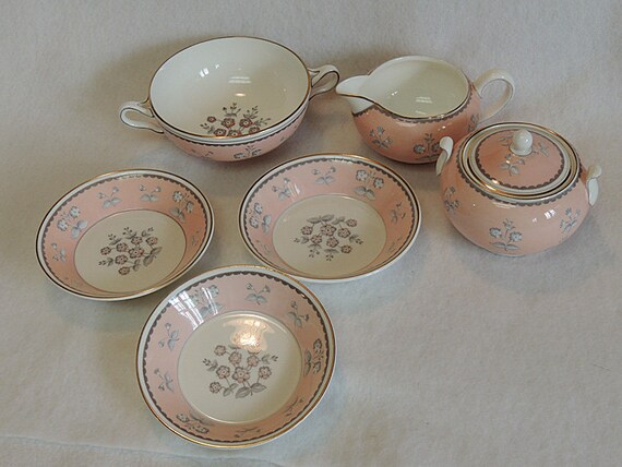 """7 Pieces WEDGWOOD PINK PIMPERNEL Bone China.. Cream & Sugar, 3 Bowls 5"""" And Cream Soup"""