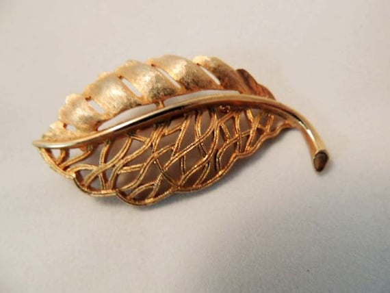 "Vintage Filagree Goldtone Metal LEAF BROOCH PIN.. Signed ""Ultra"""