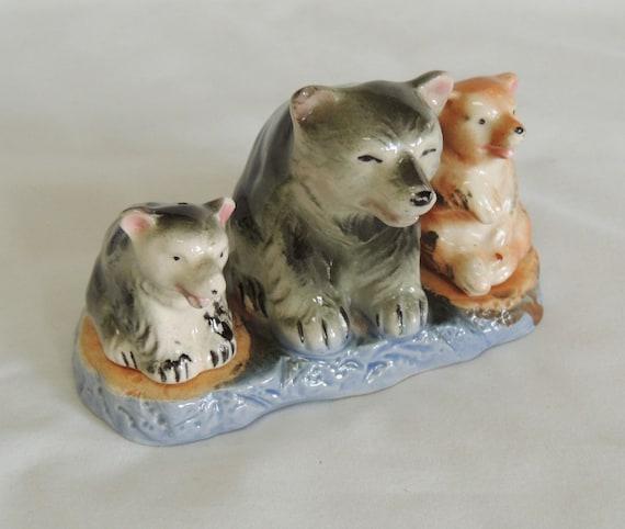 Vintage 3 Bears Salt & Pepper Shaker Set With Stand.. Mom, 2 Cubs.. Cabin Kitsch