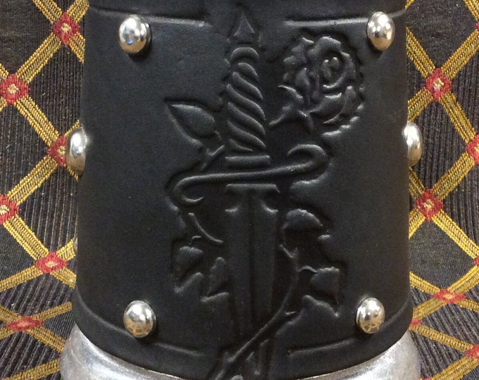 Embossed dagger and rose 16 oz tankard