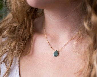 Raw Emerald Satellite Chain Necklace, Gemstone Slice Pendant Necklace, Layering Necklace, Bridesmaid Gift Jewelry, Everyday Necklace, NK-ST