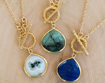 Raw Emerald Gemstone Necklace - Layering Necklace - Toggle Clasp Necklace - Gold framed Gemstone Pendant - Lariat Necklace - Stone Pendant