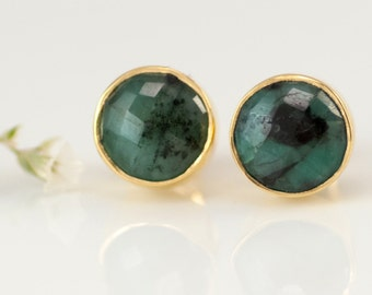 Gold Set Raw Emerald Stud Earrings, May Birthstone Earrings, Gift Ideas, Natural Gemstone Earrings, Round Post Earrings