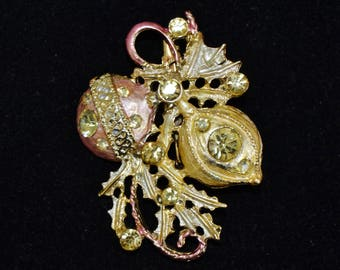 Vintage Christmas Ornament Brooch in Gold Tone Metal with Light Green Rhinestones