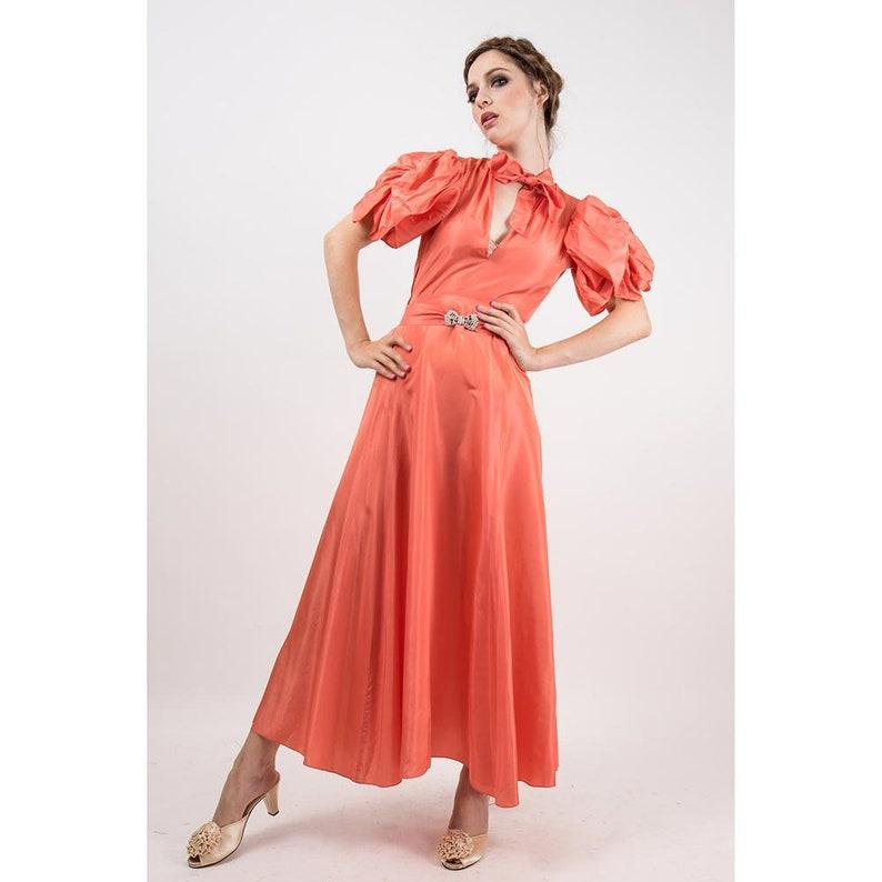 5de00ddd49e7 Anni 1930 abito taffetà rosa salmone rayon abito Vintage