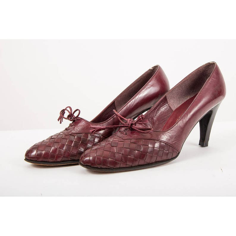 e3b6b205a5e87 Vintage leather pumps / 1970s burgundy wine leather heeled oxford /  Checkerboard woven leather shoes 8 9