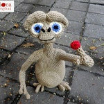 Pattern E.T. the extraterrestrial amigurumi. By Caloca Crochet