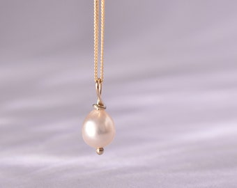 Vintage pearl on 9 carat gold chain