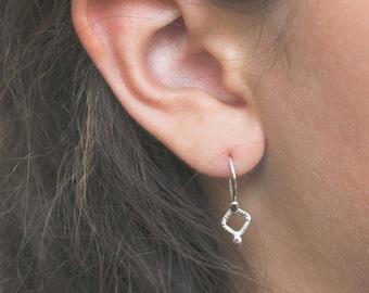 Argent sterling boucles d'oreilles, pendantes boucles d'oreilles, bijoux minimal, minimaliste, cadeau pour elle, petit tous les jours simples boucles d'oreilles - Boucles d'oreilles Tilya