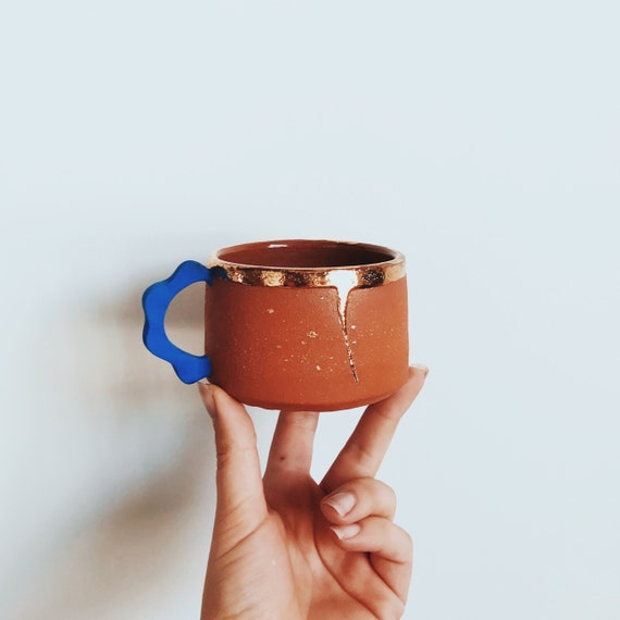 gold drip mug with wave handle in blue