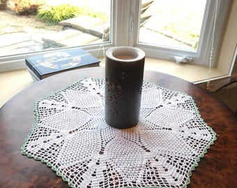 Large Appalachain hand made pineapple doily 20+ inches with mint green trim