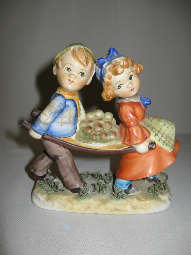 Ceramic Vintage Boy /& Girl Carrying A Bunch Of Apples Made In Japan 1940/'s