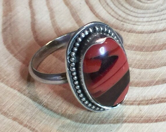Opaque and gemmy red ribboned Rosarita in antiqued sterling silver - Size 8 1/2