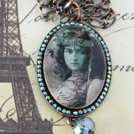 Victorian Woman in Egyptian Head-dress Oval Cameo Resin Pendant in Copper-tone Mounting with Swarovski Crystal JF1020