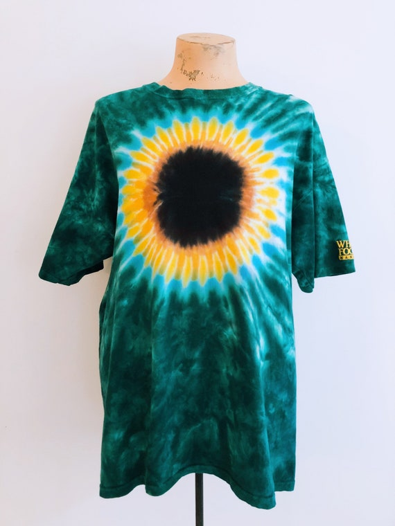 T-shirt tie-dye in green and sunflower pattern