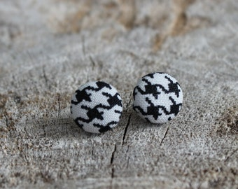 Bouton en tissu pied de poule noir et blanc //  Black and white houndstooth fabric cover earrings  (BO-473)
