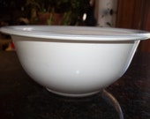 White with Clear Glass Bottom, Pyrex 322, 1 Quart 1 Liter Nesting Mixing Bowl