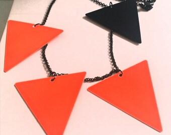 collier triangle fluo et noir