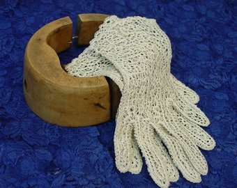 Darling Vintage Handmade Lace Gloves Ecru  Size 7 1/2-8