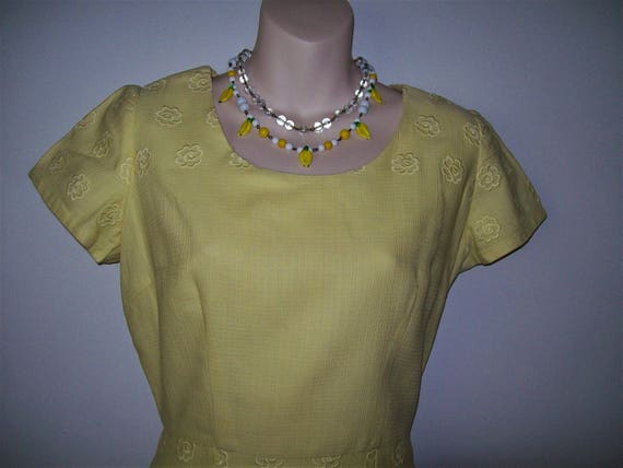 1950s 1960s Vintage Wiggle Yellow Embossed Floral… - image 2