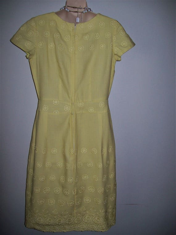 1950s 1960s Vintage Wiggle Yellow Embossed Floral… - image 4