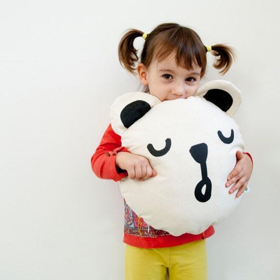 Housse de coussin pour enfant. Coussin ours. Décor d'enfants. Enfants à la main. Bébé à la main. Coussin en animal. Ours blanc. Cadeau de bébé. Chambre de bébé. Coussin mignon.