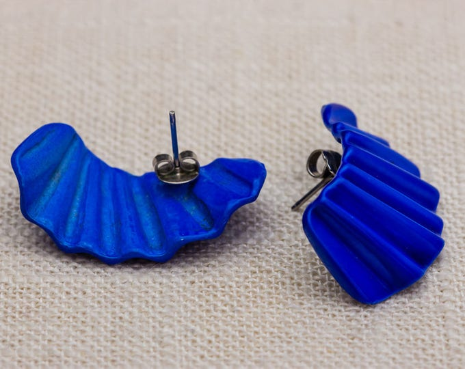 Electric Blue Vintage Earrings 1980s - 1990s Dimensional Colorful Enamel Fan Shape Pierced Earings | Studs 7TU