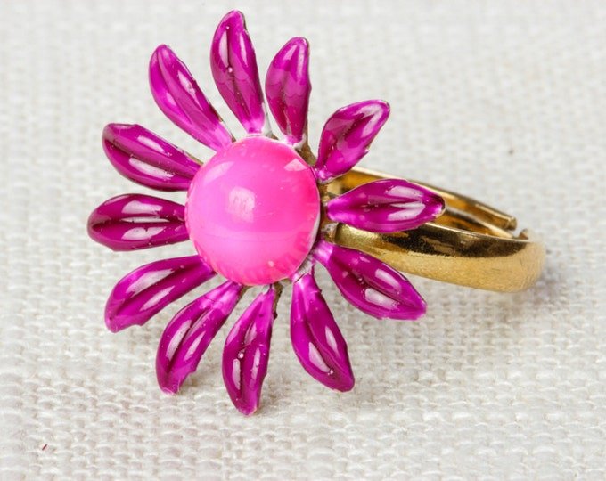 Hot Pink Vintage Daisy Ring Fuchsia 1960s Mod Enamel Flower Ring Adjustable Gold Tone Metal Purple 7RI