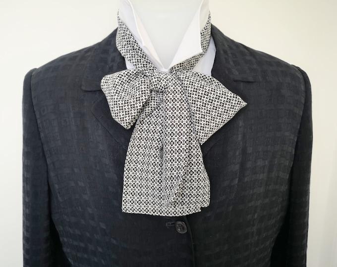 Floppy bow tie, period style, costume, Regency style