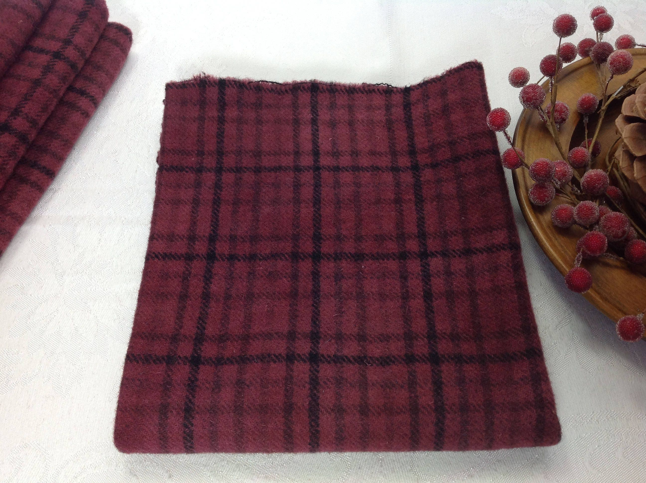 1//4 YD 100/% WOOL FOR RUG HOOKING OR WOOL APPLIQUE ~ WINTER RED PLAID