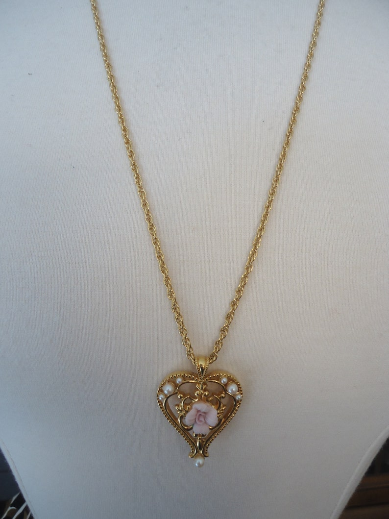Avon Necklace and Pierced Hoop Set Gold Tone Filigree Heart w Pink Ceramic Rose and Faux Pearls on 27 Twisted Cable Chain