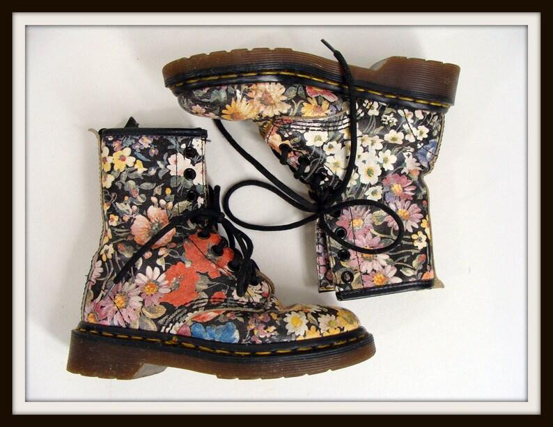 5f89ac1d5580f6 Kleine Mädchen floralen Druck Dr Martens Stiefel. 90er Jahre