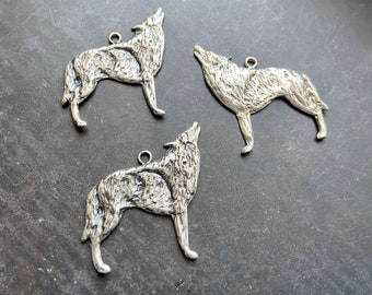 BULK 20  Howling Dog or Wolf Charms SC2919