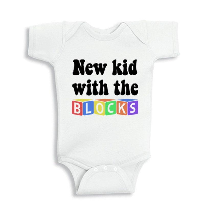 1a933159a Chico nuevo con el body de bebé divertido de bloques o bebé