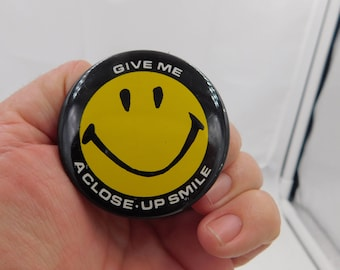 """Vintage Smile Smiley Face Pin  That Reads """" Give Me a Close Up Smile """" Dr23"""