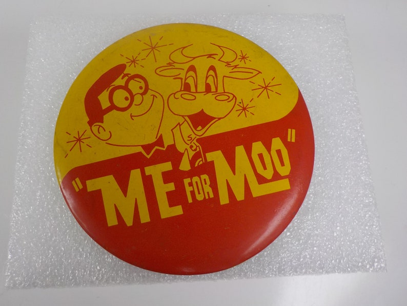 Vintage Space Age Pin Pinback Button That Reads  Me For Moo   dr46