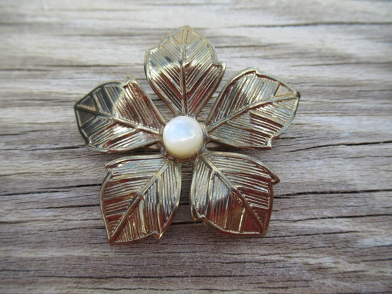 60s gold ornate flower minimalist embossed brooch floral retro wedding stick pin bridal bride wedding mother formal witch costume party