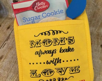 Oven Mitt - Pot Holder -Mom's Bake With Love - Spatula - Cookie Mix - Baking - Mother's Day Gift - Father's Day Gift - Grandma/pa Gift