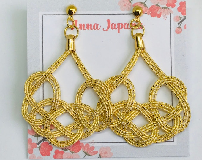 Large earrings < gold >