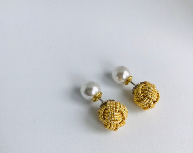 ball knot earrings < gold >