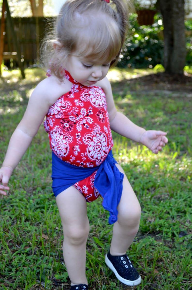 c02293efd Traje de baño del bebé paliacate rojo con abrigo azul real en
