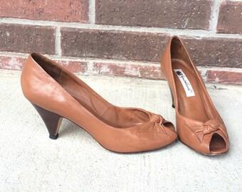 278ba803da2 vtg 80s HONEY BROWN peep toe Bow HEELS boho 7.5 leather pumps Gloria  Vanderbilt simple hippie tan toffee caramel retro shoes