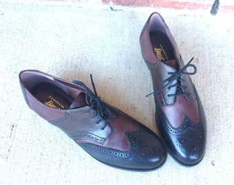 7ae711ffb117 vtg 80s TWO TONE leather OXFORDS sz 10 lace up 80s flats vintage flats  brogues burgundy navy wingtip shoes 80s shoes vintage oxfords boho