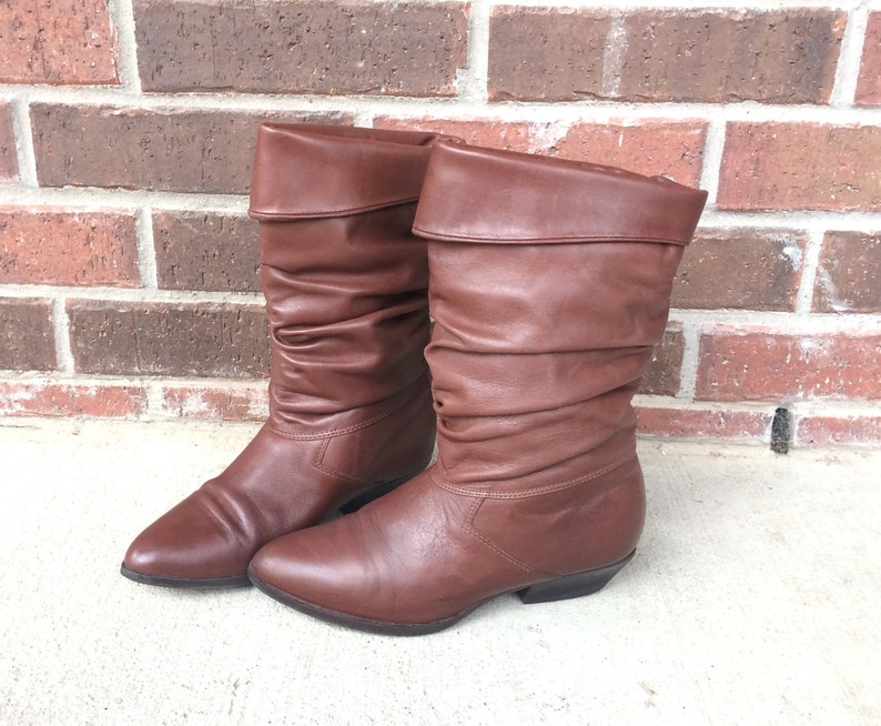 e0b1cf13283d3 vtg 80s BROWN Cuff SLOUCHY BOOTS 6 riding heels pirate boho preppy leather  flat shoes