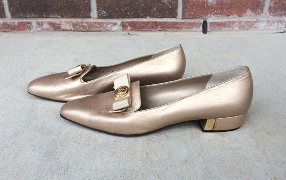 vtg preppy logo 80s Gold party 9 metallic leather cocktail designer Bow ST pumps Italian JOHN HEELS shoes rRrqwAz