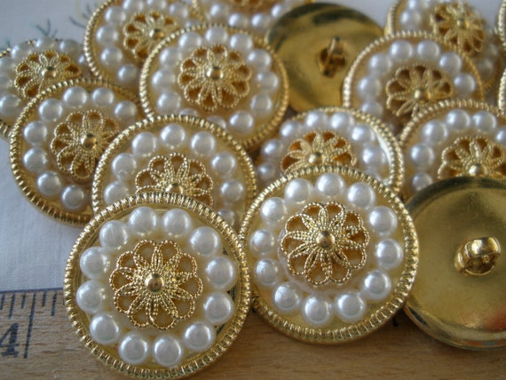 10 GORGEOUS CLASSIC FANCY FAUX IVORY PEARL /& GOLD BUTTONS 15mm