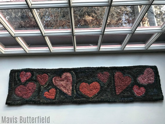 Primitive Folk Art Wool Hooked Rug Heart Table Runner ~ Early Style ~
