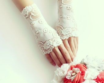 Lace gloves, bridal gloves, short ivory gloves, fingerless lace gloves, free shipping