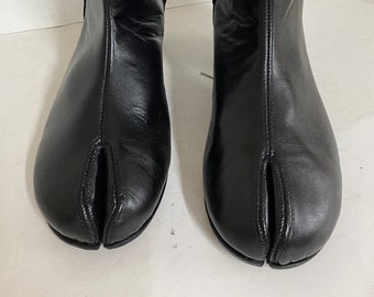 Woman size made to order  barrel-heeled tabi boots like the attached image can be made any color including black or the color as the picture